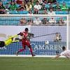 Lucas Cavallini (no 19) glisse au sol pour marquer un but contre le gardien Sandy Sanchez (no 1).