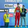 Horton demeure au pied du podium alors que Sun Yang, et l'Italien Gabriele Detti, en bronze, posent lors de la cérémonie de remise des médailles.