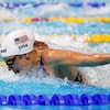 Madisyn Cox nage pendant une compétition de natation.