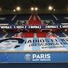 La bannière est installée au-dessus des gradins du stade, vide.