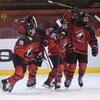 Quatre joueuses de l'équipe canadienne célèbrent leur premier but du match face aux Finlandaises au Mondial de hockey féminin des moins de 18 ans, à Bratislava en Slovaquie.
