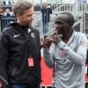 Le président-directeur général de Nike Mark Parker discute avec l'athlète kényan Eliud Kipchoge, spécialiste des courses de fond.