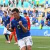 Le joueur de soccer serre les poings après son but.