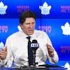 Mike Babcock parle lors de la conférence de presse des Maple Leafs.