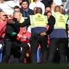 Des agents de sécurité à Stamford Bridge retiennent José Mourinho après une escarmouche entre le personnel de Chelsea et Manchester United.