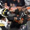 Le joueur des Browns de Cleveland assène un coup de casque au quart des Steelers de Pittsburgh.