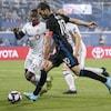 Nacho Piatti (10) contrôle le ballon devant Richie Laryea (22), du Toronto FC.