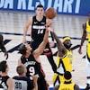 Des joueurs du Heat de Miami et des Pacers d'Indiana se disputent le ballon au début d'une rencontre.