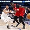 Deux joueurs de basket se font face.