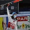 Pedra Vlhova, portant le masque, lève en signe de victoire, un bras où elle tient un ski.
