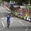 Un cycliste lève les mains pour célébrer son triomphe.