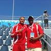 Tony Sharpe et Andre De Grasse, côte à côte dans les gradins d'un stade.