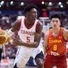 Le Canadien R.J. Barrett contrôle le ballon, surveillé par le Chinois Dehao Yu.