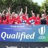 Elles posent derrière une affiche qui annonce leur qualification avec le mot « Qualified ».