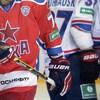 Gros plan des chandails des joueurs de la KHL