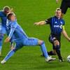 Un joueur tente de lui soutirer le ballon.