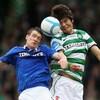 Deux footballeurs frappent le ballon de la tête en même temps.