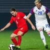 Le Canadien dribble le ballon face à un adversaire islandais.