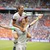 Alex Morgan saute sur les épaules de Megan Rapinoe (à droite) pour célébrer le but de cette dernière en finale de la Coupe du monde entre les Américaines et les Néerlandaises.