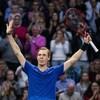 Il lève les bras au ciel en signe de victoire.