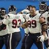 Les joueurs de l'équipe de football des Texans de Houston se félicitent sur le terrain après un touché