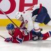 Il se retrouve à plat-ventre sur la glace, plaqué par un adversaire.