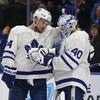 Auston Matthews et Garret Sparks célèbrent la victoire des Maple Leafs face aux Sabres.