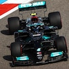 Valtteri Bottas tourne à gauche dans sa Mercedes-Benz.