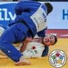 La judoka canadien Zachary Burt, en blanc, est immobilisé au sol par Néerlandais Jesper Smink, en bleu.
