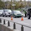 Un policier s'adresse à un automobiliste, dans une file de voitures.