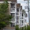 Une série de balcons d'appartements.