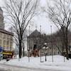 L'extérieur de l'hôtel de ville de Québec en hiver.
