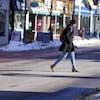 Une femme traverse la rue à Ottawa.