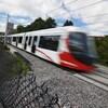 Le train passe à toute vitesse sur les rails.