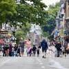 Des piétons sur la rue Saint-Jean en été.
