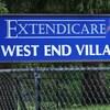 Affiche bleue devant la résidence.
