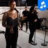La chanteuse et ses musiciens offrent une prestation dans une salle de spectacle de Montréal.