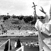 Le pape Jean Paul II devant la foule du parc Jarry à Montréal en 1984