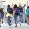 Une groupe d'enfants sort de l'école.