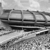 Une foule assise à l'extérieur du Stade pendant les Jeux