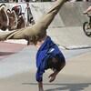 Un jeune s'adonne au breakdance qui fera son entrée aux Jeux olympiques de 2024