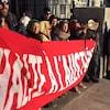 Des protestataires manifestent contre l'austérité.