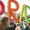 Des participants au défilé de la fierté gaie à Calgary