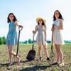 Les soeurs Lefaive dans un champ, des outils à la main