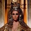 Elle porte une coiffe égyptienne massive.