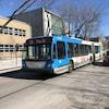 Un autobus de la STM devant une école.
