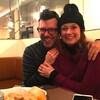 L'écrivain Simon Boulerice et l'humoriste Katherine Levac, enlacés et souriants, à la table d'un restaurant.