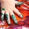 Une main d'enfant qui peinture avec ses doigts