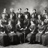 Photo en noir et blanc des gardiennes de l'école Guigues d'Ottawa.