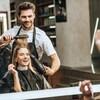 Un coiffeur passe du bon temps avec une cliente.